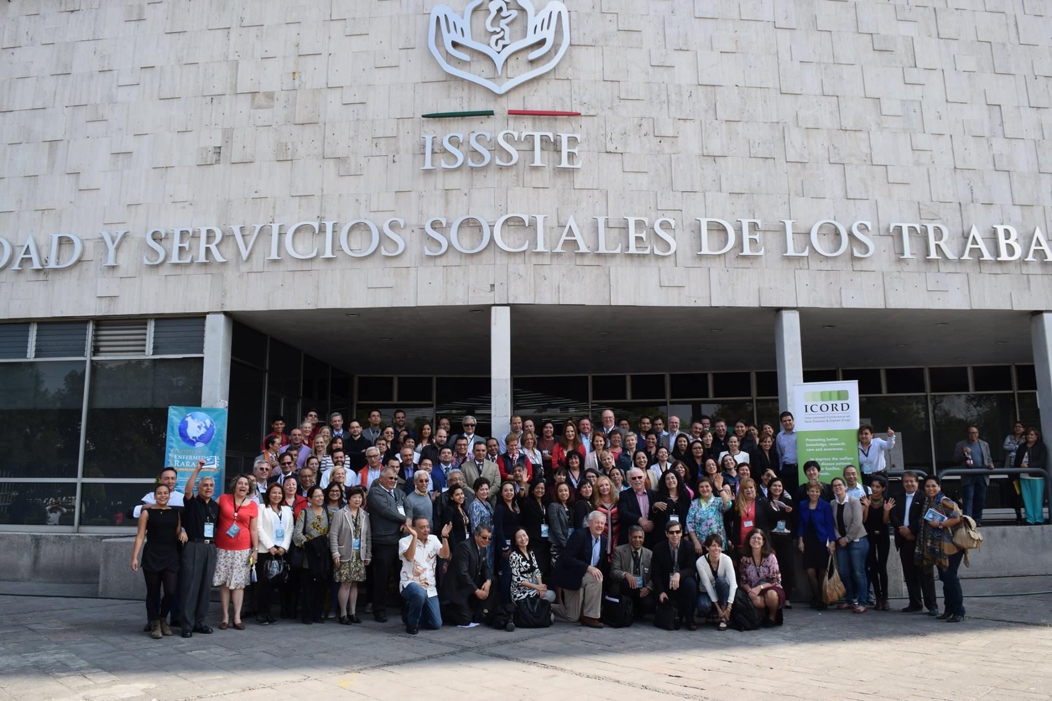 Foto grupal en ISSSTE Buenavista, conclusión de la «Semana Global 2015 de las Enfermedades Raras» (SG2015EERR)