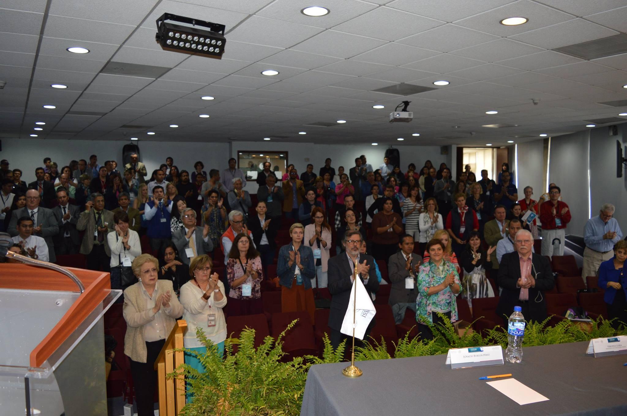 """Durante la Semana Global 2015 de Enfermedades Raras, David Peña animó a todos los presentes a """"aplaudir hasta que nos escuchen arriba"""" on un nudo en la garganta y el corazón en la mano."""