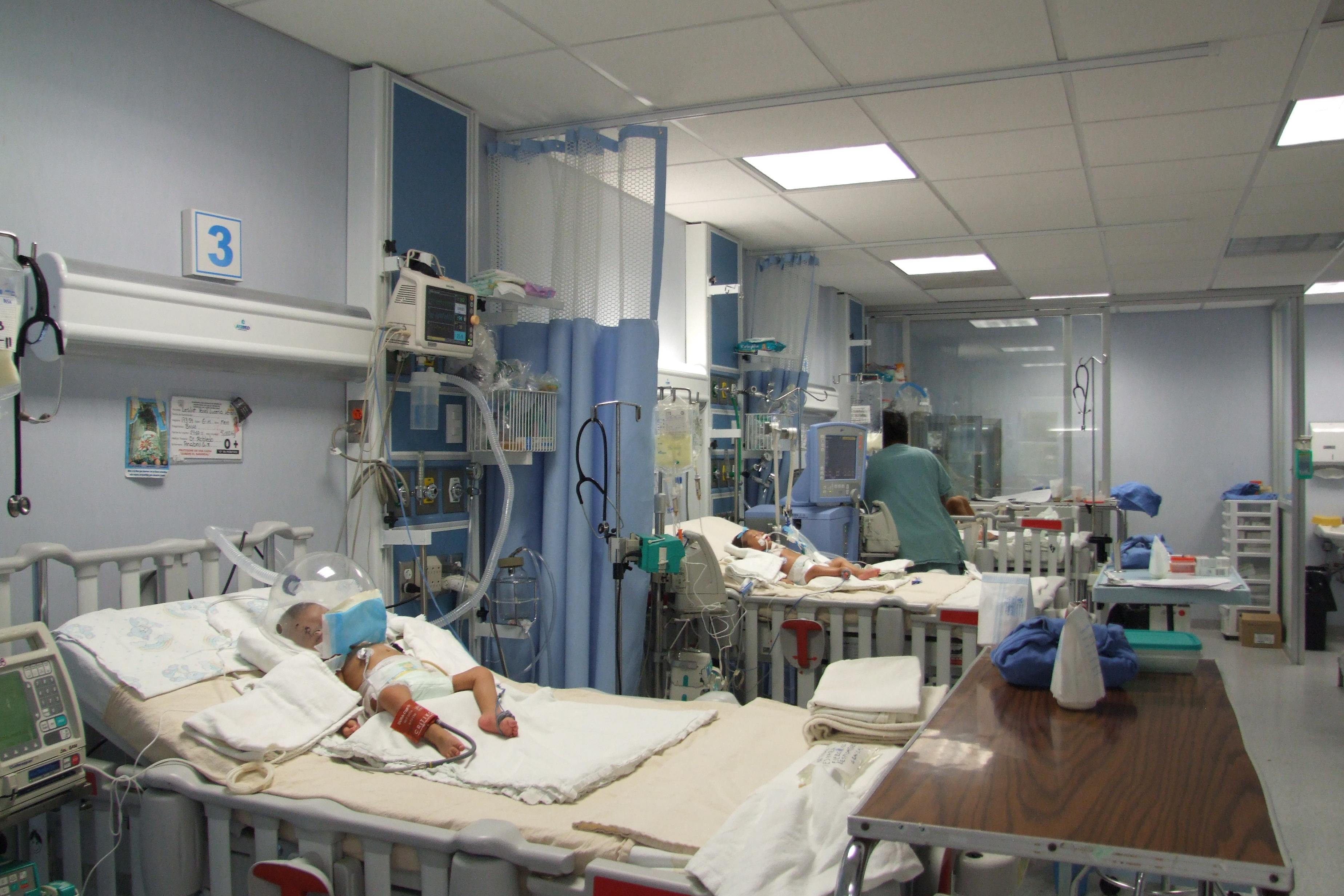 urgencias, niño en hospital, en incubadora