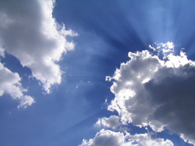 Un cielo con nubes y un rayo de sol: esperanza y vida eterna.